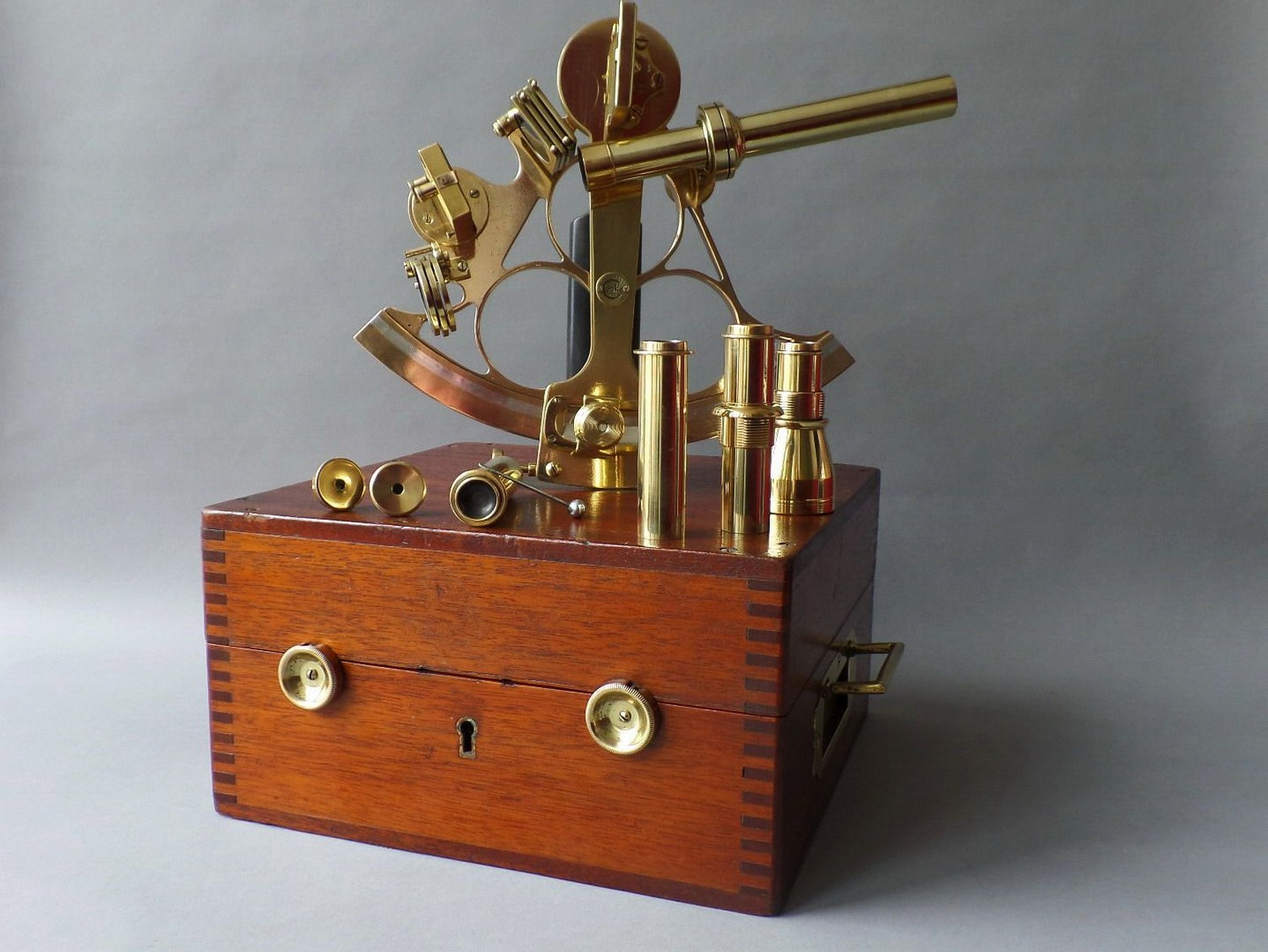 SEXTANT IN MAHOGANY-WOODEN TRAVELLING BOX HENRY HUGHES  CA. 1900