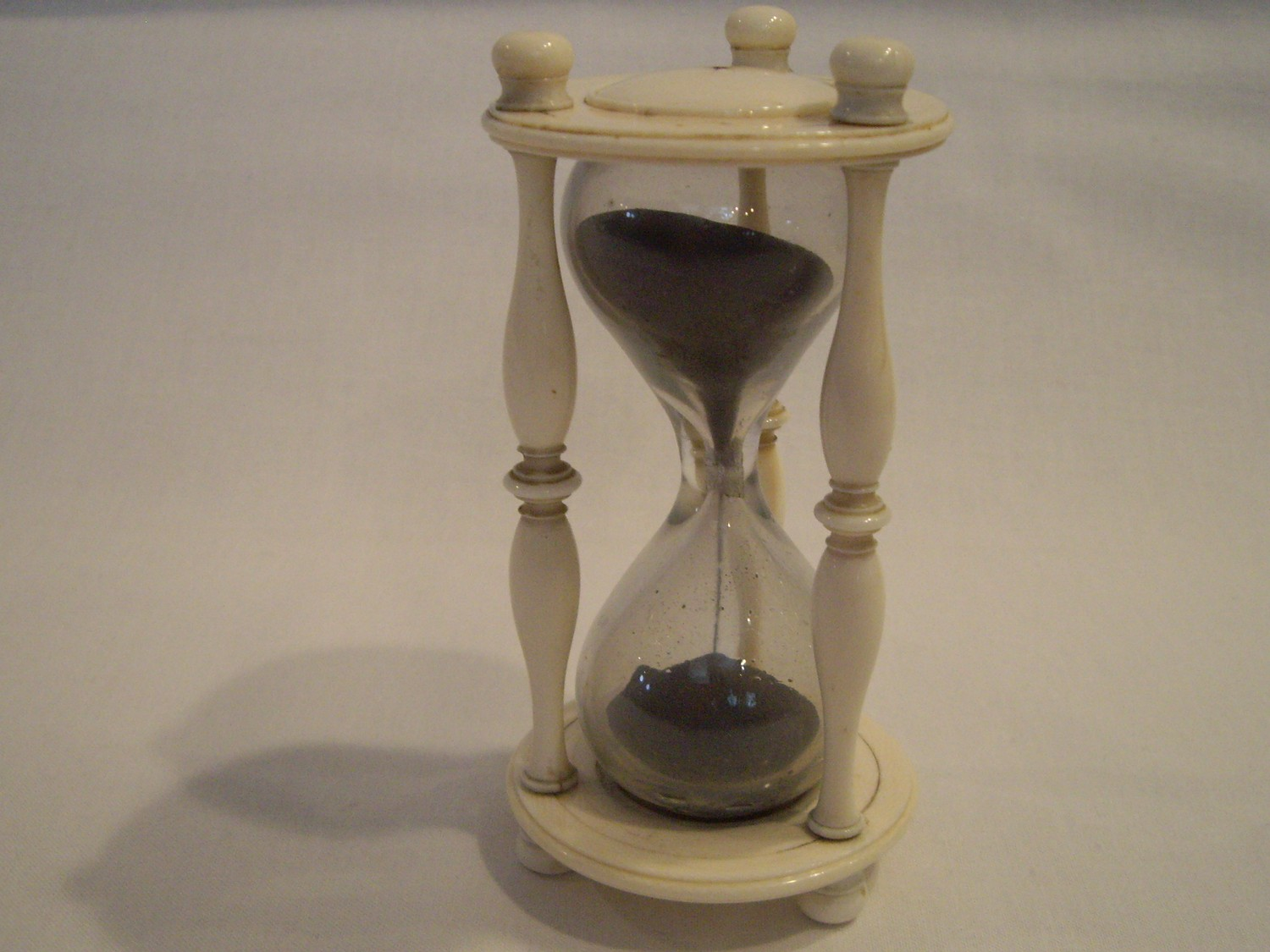 19TH CENTURY ANTIQUE IVORY HOURGLASS