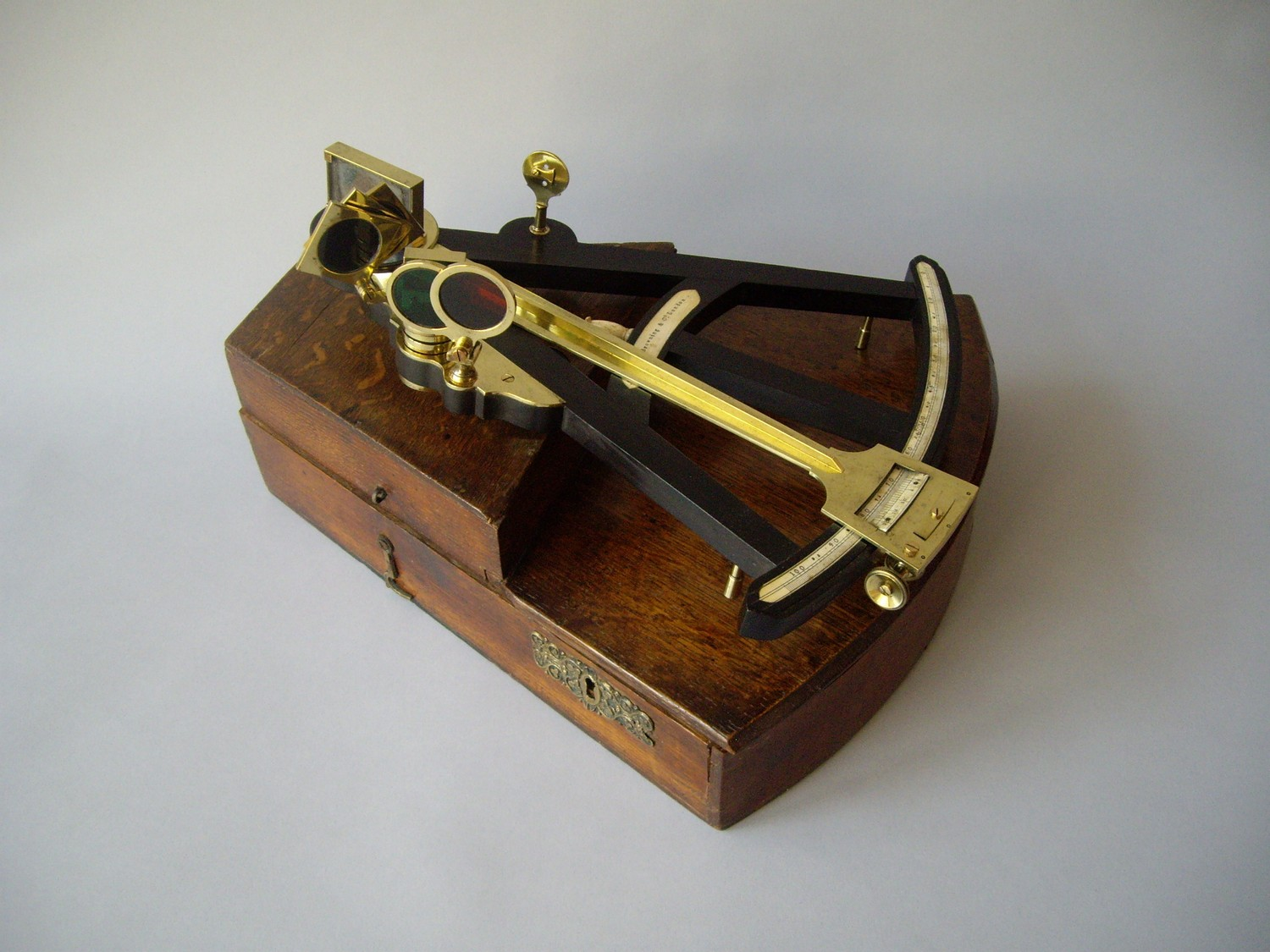 OCTANT IN OAK WOOD CHEST CA. 1820-1840