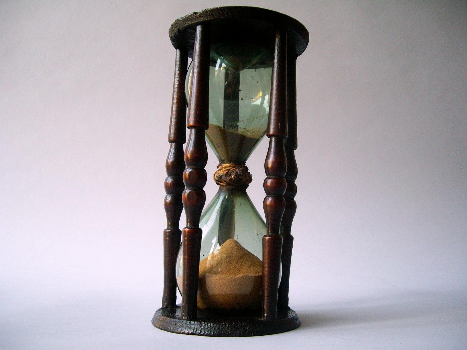 17TH CENTURY HOURGLASS IN OAK WOOD SETTING
